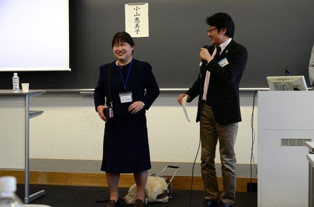 盲導犬ユーザーの小山恵美子さん(左)と、日本トイレ研究所の加藤篤理事