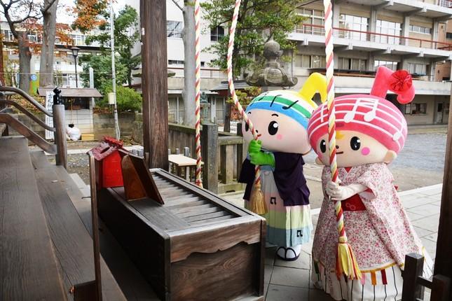 安積国造神社でお参りするがくとくん(左)とおんぷちゃん