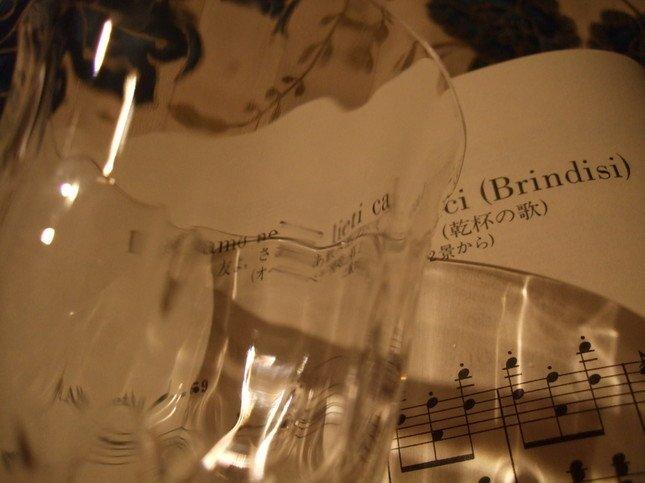 乾杯の歌 楽譜とワイングラス