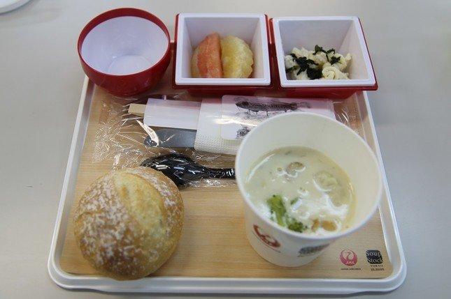 機内食も一新。プレミアムエコノミーとエコノミークラスには、スープ専門店「スープストックトーキョー」とコラボしたメニューがお目見えする