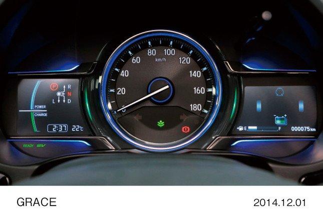 燃費履歴や平均車速などの情報を表示するマルチインフォメーション・ディスプレイ
