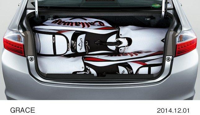 FFモデルのトランクルームの容量は430リットル(床下収納含む)。写真は、9インチゴルフバッグを3個積載した状態