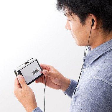 付属のイヤホンでポータブルカセット/MP3プレーヤーとしても活躍