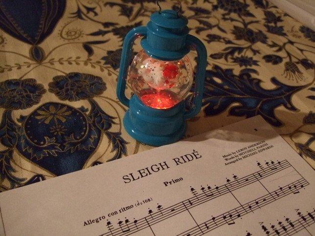 「SLEIGH RIDE(スレイ・ライド=そりすべり)」の楽譜とスノードーム