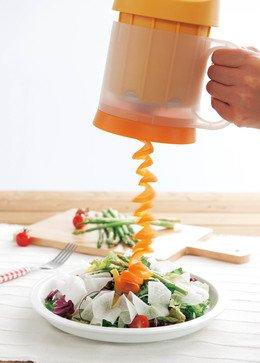 簡単な手順で野菜をスライス「クルクルベジスライサー」