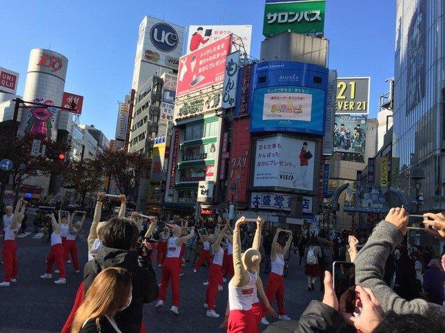 渋谷駅ハチ公口前のスクランブル交差点のなかでパフォーマンスをする「てつぼうくん」