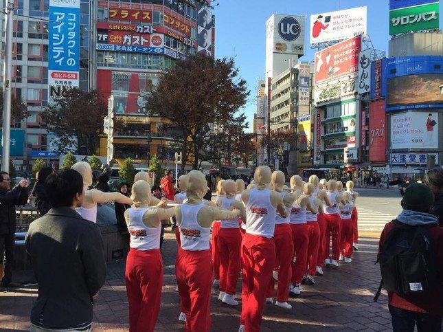 渋谷の街を練り歩くキモかわいい「てつぼうくん」