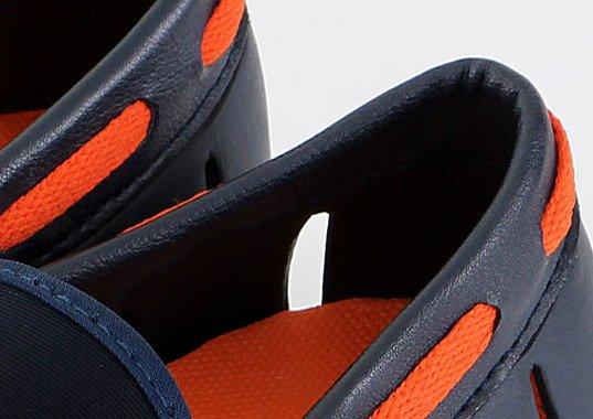 履き口部分はきちんとした印象を与えるPU合皮を使用