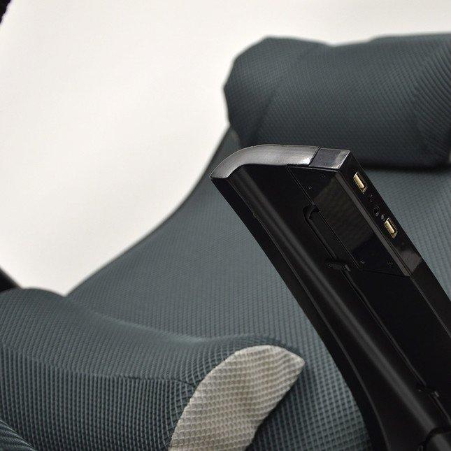 左肘掛け部分にUSBポートを2つ装備