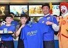 W杯公式バーガー「ジャパンバーガー ビーフメンチ」に行列 マクドナルド店内が青一色に