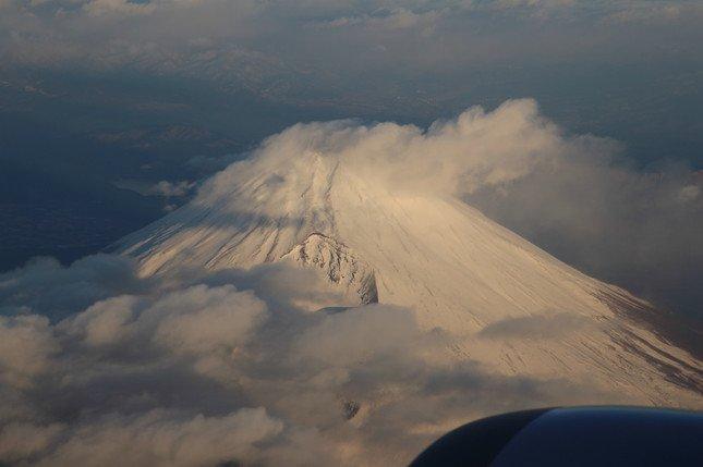 20000フィート(約6100メートル)を飛ぶ飛行機からは雪化粧の富士山も見えた