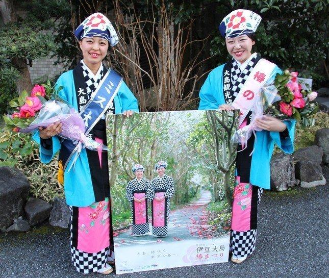 わたしたちと「あんこ猫」に会いにきて…。J-CASTニュースを訪れたミス大島の白井里枝さん(左)と椿の女王の島津恵梨花さん