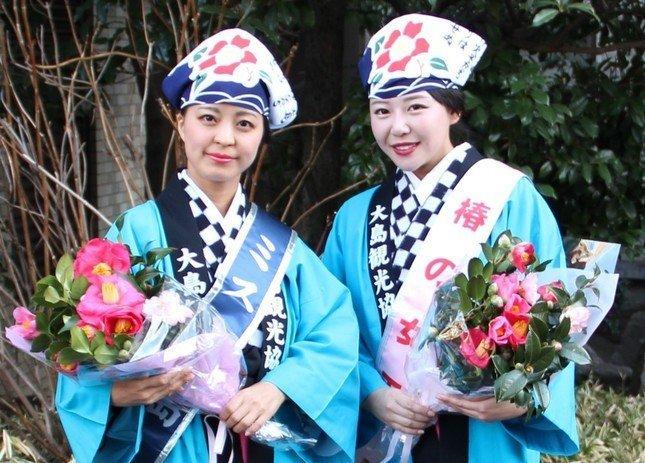ミス大島の白井里枝さん(左)と椿の女王の島津恵梨花さん