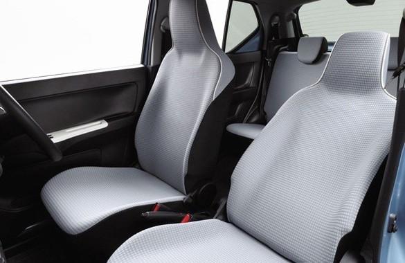 運転席シートヒーターをCVT車に、助手席シートヒーターを4WD車に標準装備