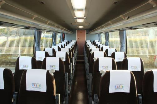 バス車内ではスリッパやおしぼりを提供(イメージ)