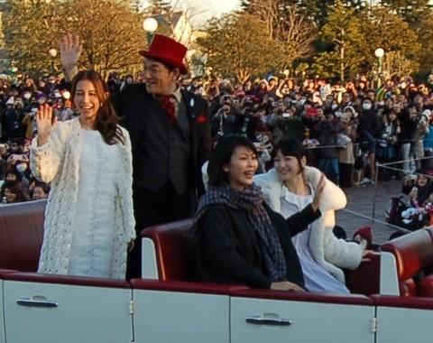 パレードにサプライズ出演した、(右から)神田沙也加さん、松たか子さん、ピエール瀧さん、May J.さん