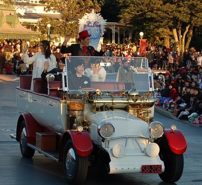 オープンカーに乗りサプライズ出演した日本語版出演者ら