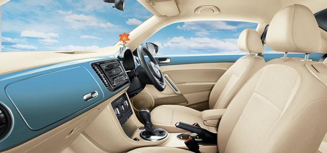 「デニムブルー」モデルには、柔らかなベージュ色のシート&トリムを採用