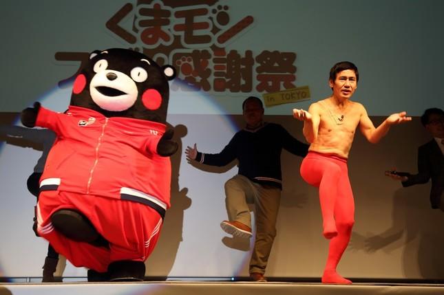 サプライズで登場したエスパー伊東さん(右)は、ほとんど振り付けを覚えていなかった