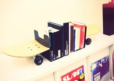 まるでスケートボードが本を貫通しているように見せられる