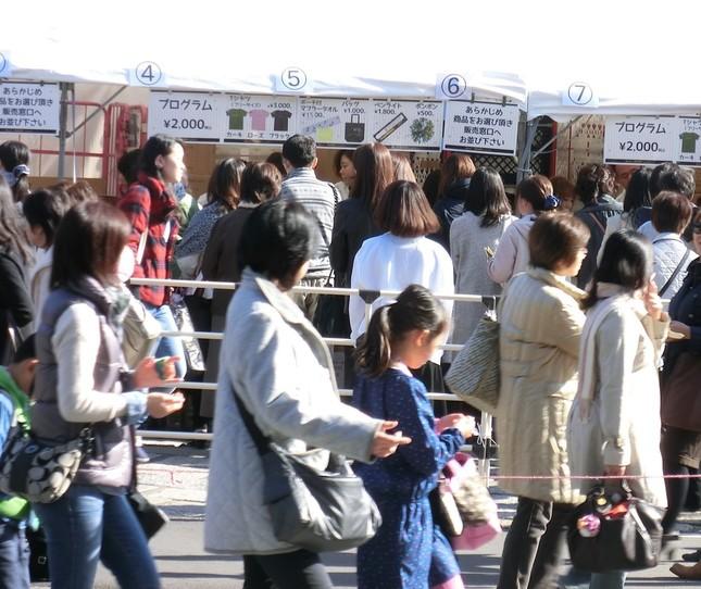 2014年11月、柚希礼音の武道館ライブで屋外に設けられたグッズ売り場に並ぶファンら