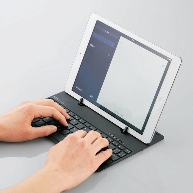 スタンドに立てかけてノートPCのように使用可能