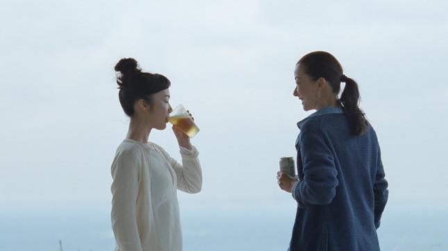 黒木華さん(左)と桐島かれんさん。サントリー オールフリー 新テレビCM『母と空とワタシ』編より