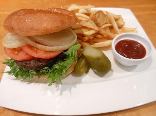 3階Café & Restaurantで味わえるハンバーガー