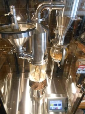 日本国内にはまだ数台しかないというコーヒー焙煎機