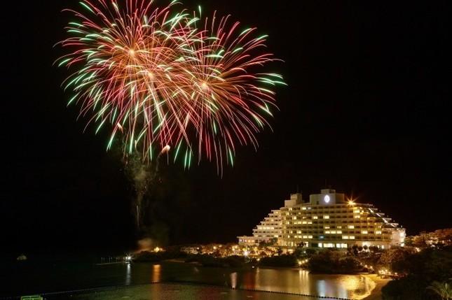 花火の打ち上げで海開きの夜を盛り上げ