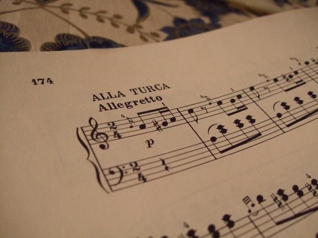 「アラ・トゥルカ(トルコ風に)」と書いてある3楽章の出だしの楽譜