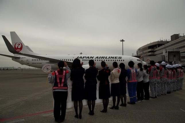 女性スタッフが並んで飛行機を見送った