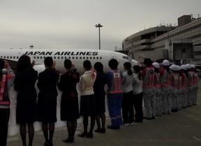 操縦や荷物積み込みも女性が担当 JALが恒例の「ひなまつりフライト」