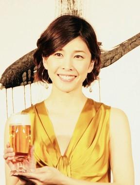 黄金色のドレスで登場した竹内結子さん