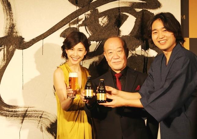 できあがった作品をバッグに、左から竹内さん、久石さん、武田さん