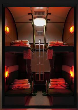 カーテンを閉め室内灯と読書灯を点灯