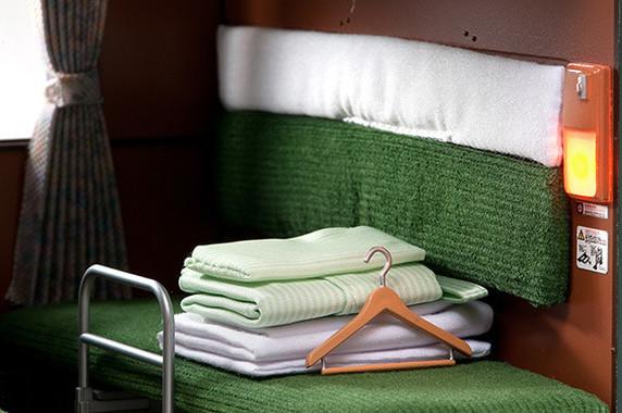 ハンガーや浴衣などの小物も材質にこだわり再現
