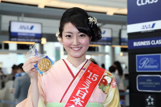 ミス日本グランプリの芳賀千里さん。「5つ星」のロゴ入りのチョコレートを乗客に配った
