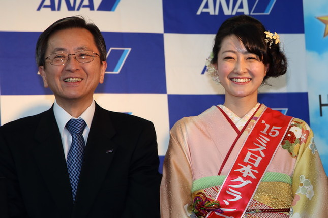 ANAの篠辺修社長(左)とミス日本グランプリの芳賀千里さん(右)。篠辺社長は芳賀さんの「模範解答」に笑顔を見せていた