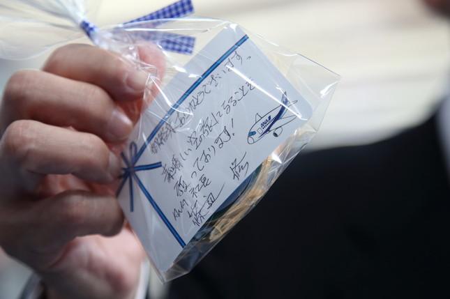 篠辺社長直筆のメッセージカードも配られた