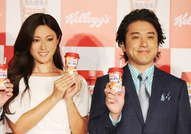 新CM発表会に登場した深田恭子さんとムロツヨシさん