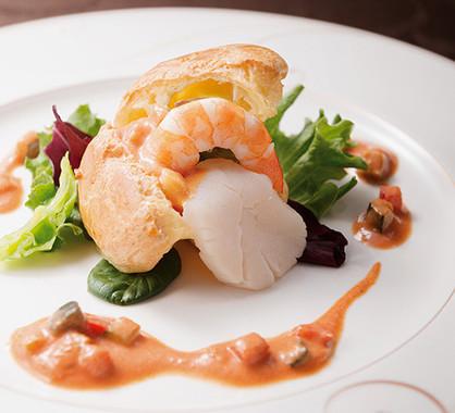 メイン料理の一つ 海老と帆立のポップオーバー