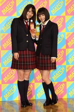 広瀬姉妹は制服姿に「コスプレ!」とはしゃいでいた。左がアリスさん、右がすずさん