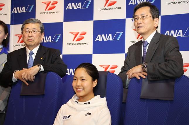 新シートに並ぶ 豊田周平・トヨタ紡織社長(左) 高梨沙羅選手 篠辺修・ANA社長(右)
