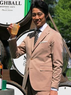 乾杯する「ウイスキーアンバサダー」の堤真一さん