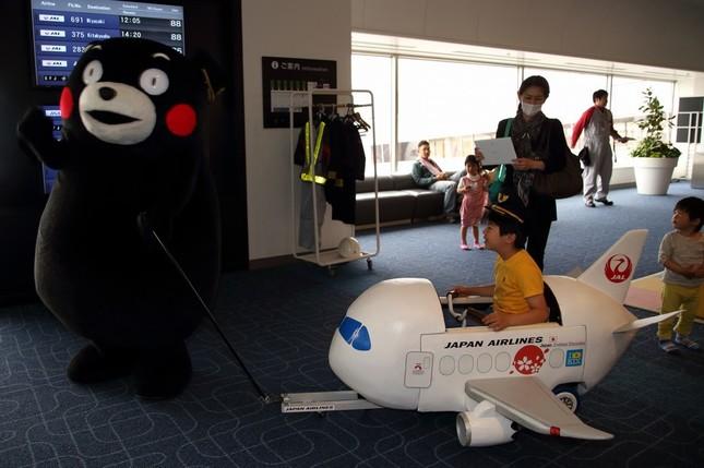 くまモン、飛行機のおもちゃで大はしゃぎ!