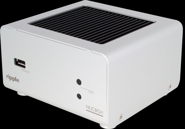1辺10cmの超小型ながら、独自のヒートシンク冷却で安定性を確保