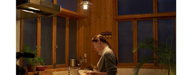 キッチンも明かりと一緒に音楽が降り注ぐ空間に