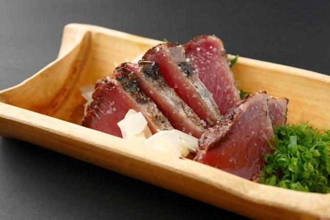 塩と薬味はニンニクで食べるカツオのタタキ