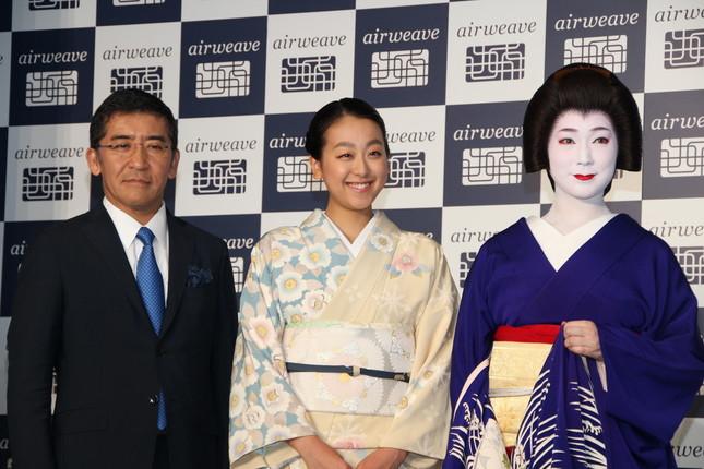 高岡本州・エアウィーヴ会長(左)、真生さんと並んで笑顔の浅田さん
